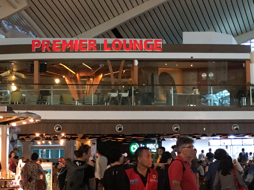 デンパサール空港プレミアム·ラウンジで 食べて!飲んで!寛いで